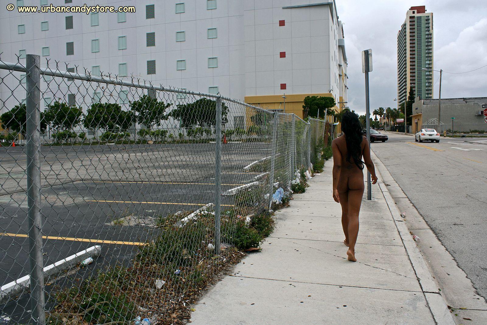 Негритяночка с хорошим туловищем ходит голая на автостоянке