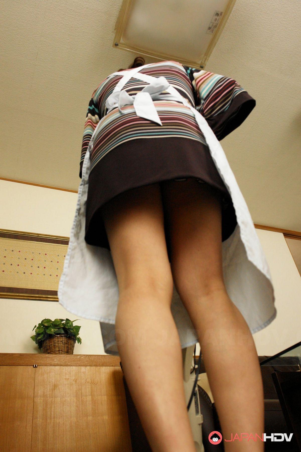 Узкоглазая домработница смотрела xxx иск, когда вернулся хозяин и застал ее за онанизмом, он захотел кончить ей в рот