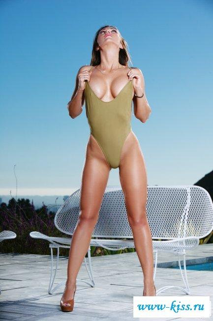 Обнаженная модель с темными волосами в боди у бассейна - фото