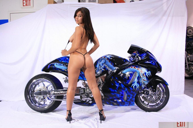 Длинноволосая модель с темными волосами Mason Actiongirls в трусах оголила чудесную попу на мотоцикле