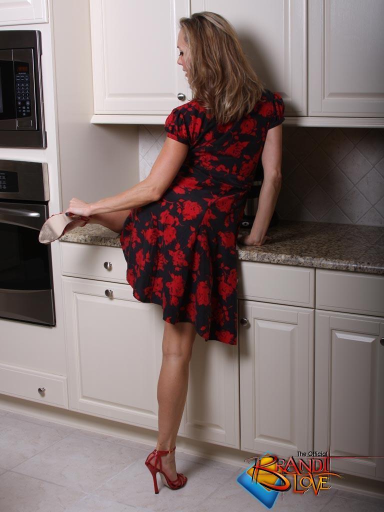 Обнаженная опытная светловолосая девушка оголяется и теребонькает в домашних условиях