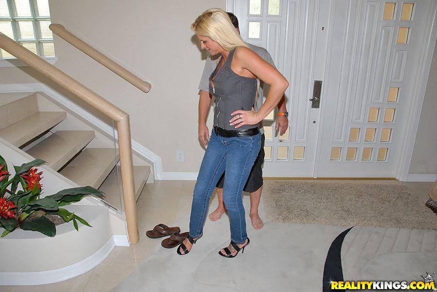 Роскошная взрослая блондинка Brooke Belle ебётся в джакузи