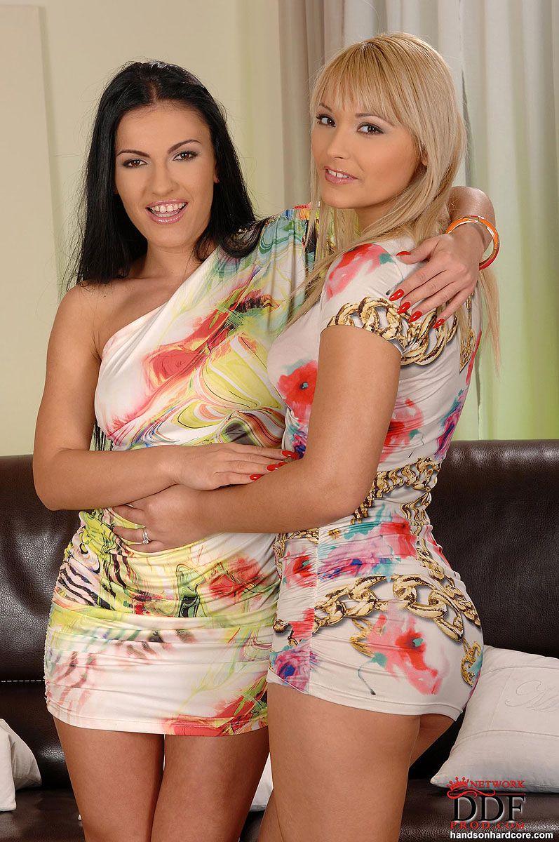 Модель с темными волосами Honey Demon и блондинка Lana S снимают свои возбужденные короткие платья и занимаются любовью