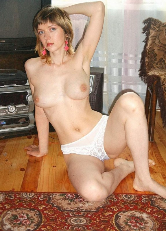 Большегрудая светлая порноактриса не стесняется фотографировать прелести в своей квартире и в укромном месте