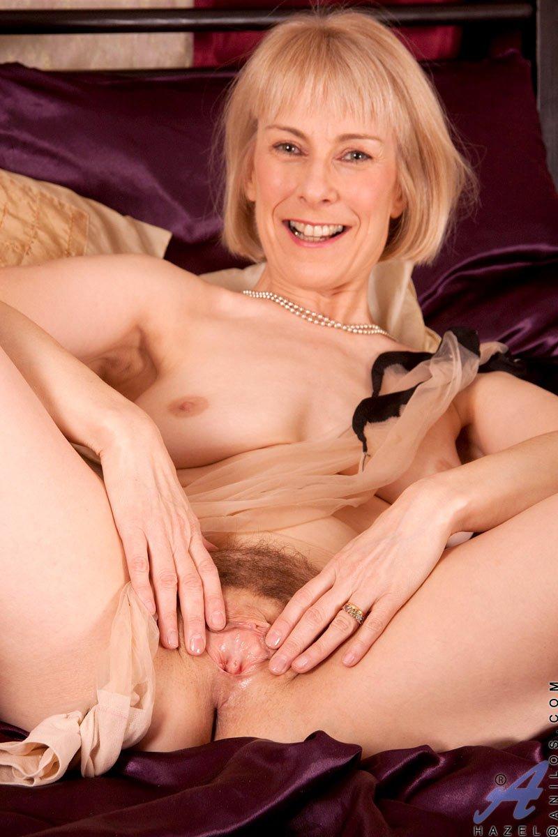 Зрелая светлая порноактриса Hazel May снимает трусики и трогает мохнатую вульву