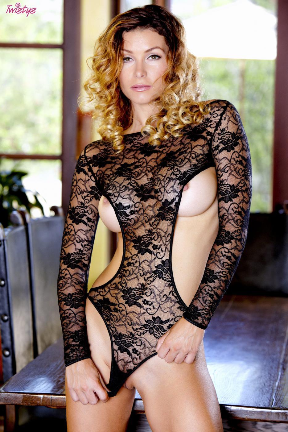 Блондиночка Heather Vandeven обнажает свое волшебное туловище в белье и без него