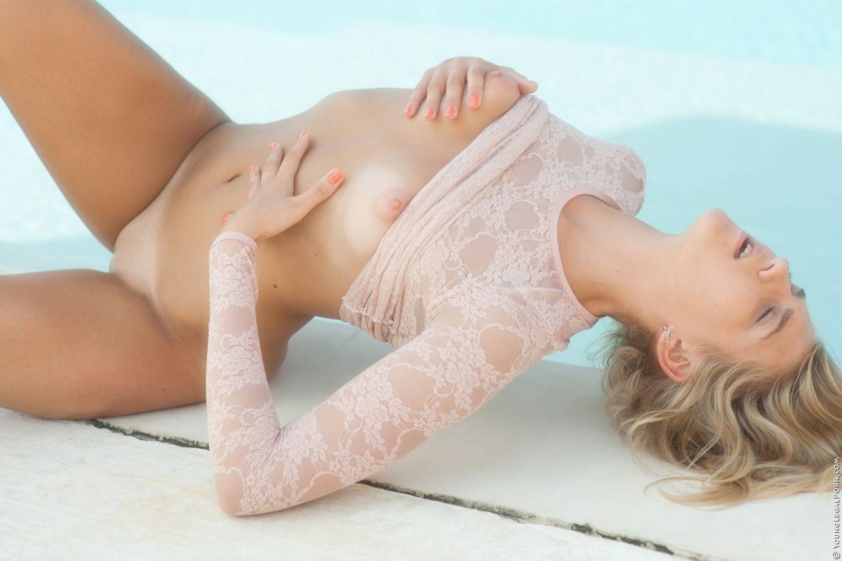 Роскошная блондиночка Kathy Marfa даже не собирается прикрывать свое не прикрытое туловище