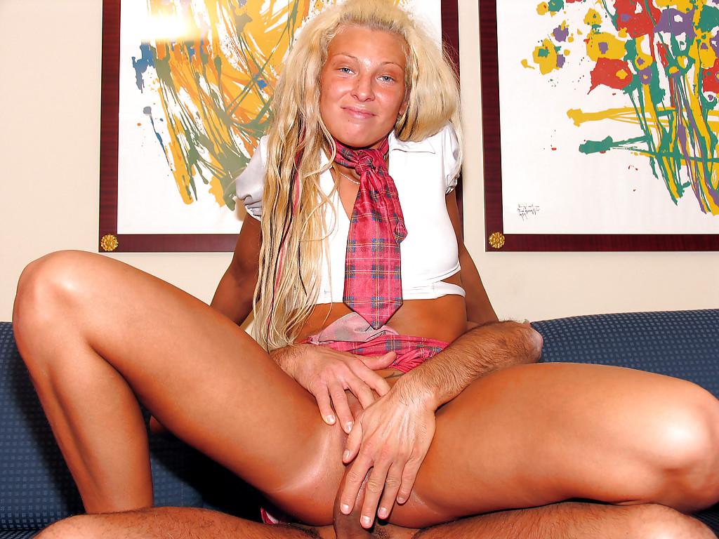 Гладкая пизда загоревшей блондиночки желает порева