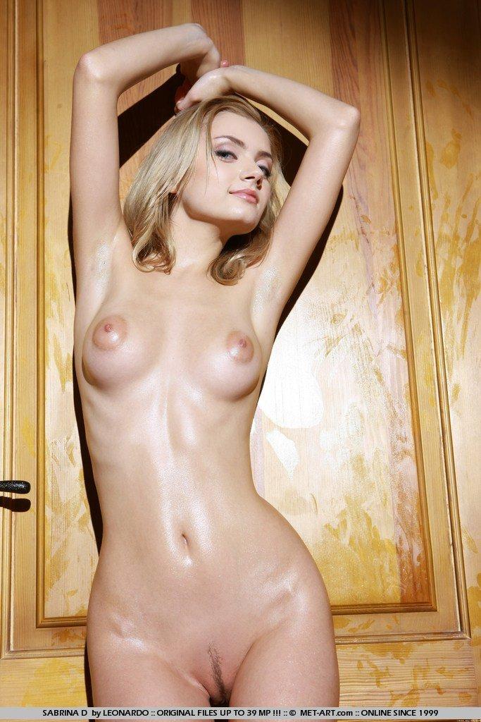 Молоденькая блондинка Sabrina D только на каблуках, делится тайнами своего обнаженного тела