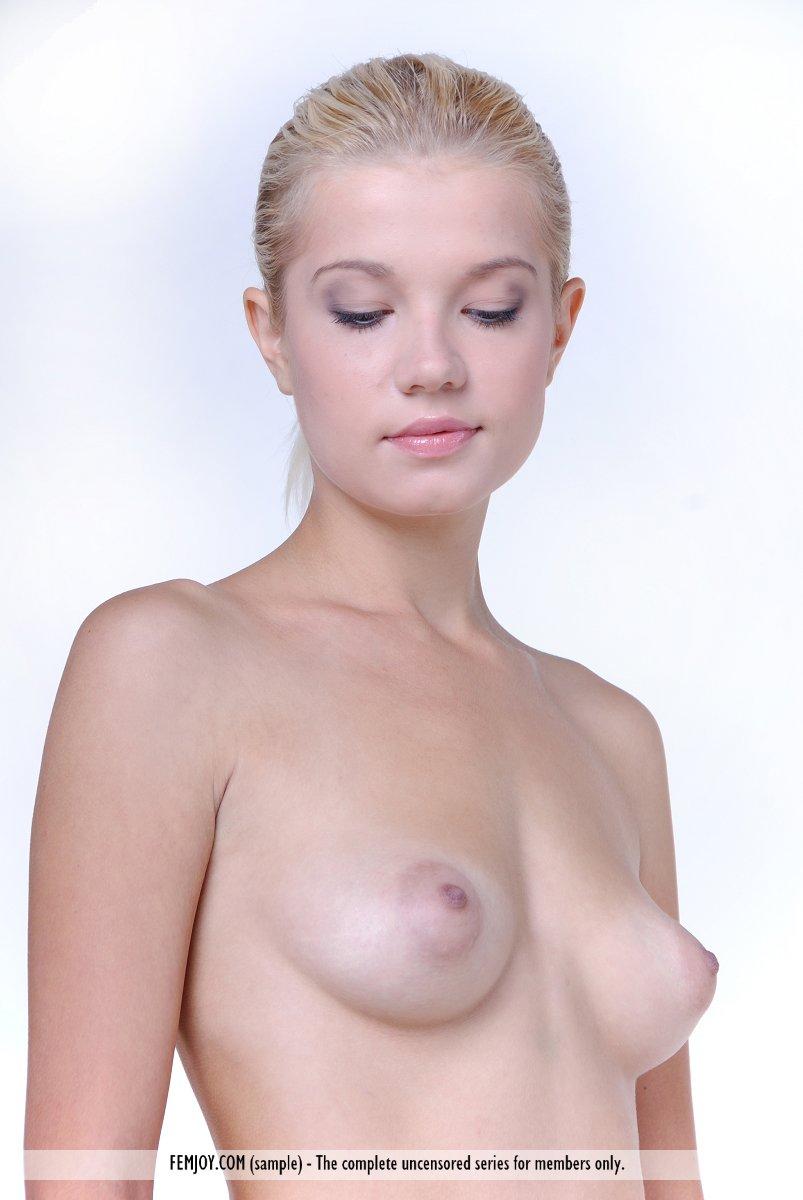 Прекрасная и молодая блондинка Anastasiya B не против продемонстрировать свое чистое туловище