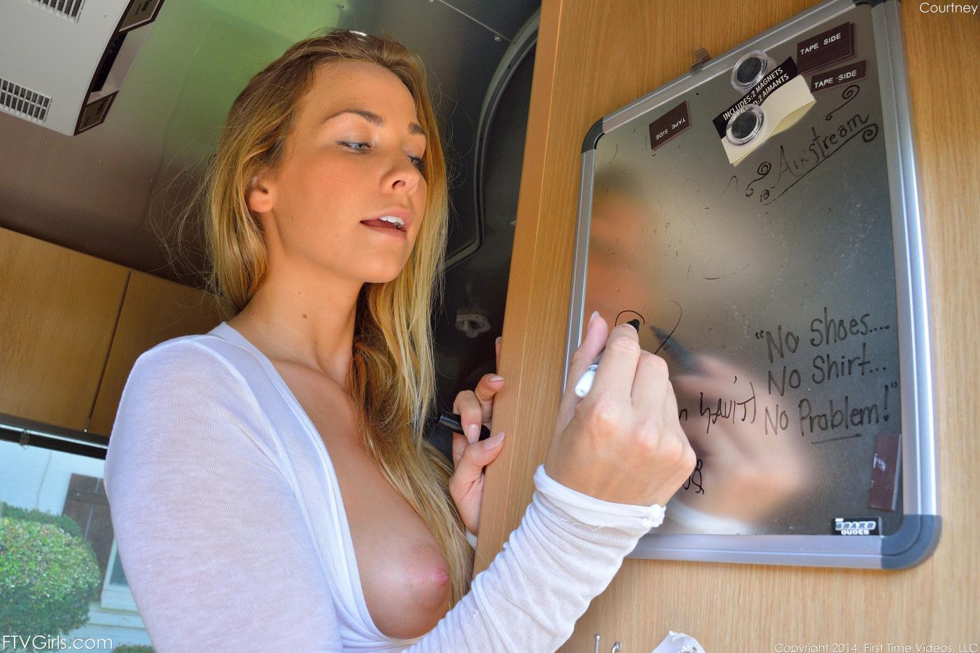 Классная блондиночка Courtney Dillon снимается в подвязках, а потом дразнит своим раздетым торсом