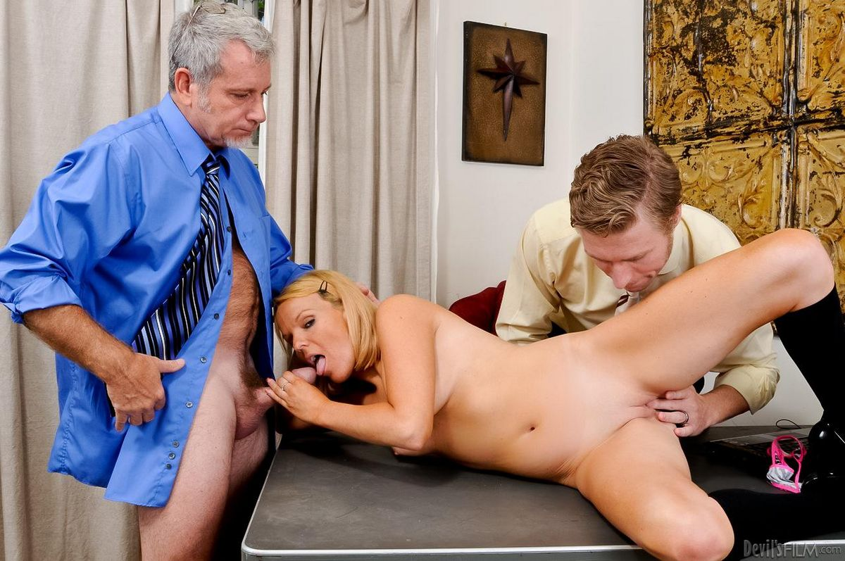 Грациозная блондинка-милашка Brittany Angel собирается заняться жестким еблей