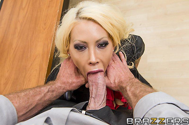 Офисная блондиночка с массивной грудью Candy Manson трахается попу без всякой жалости