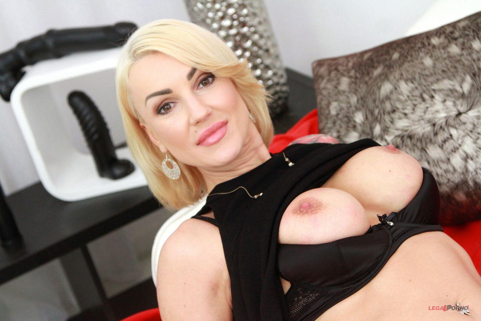 Искрометный гэнгбэнг блондинки с двойным анальным сексом