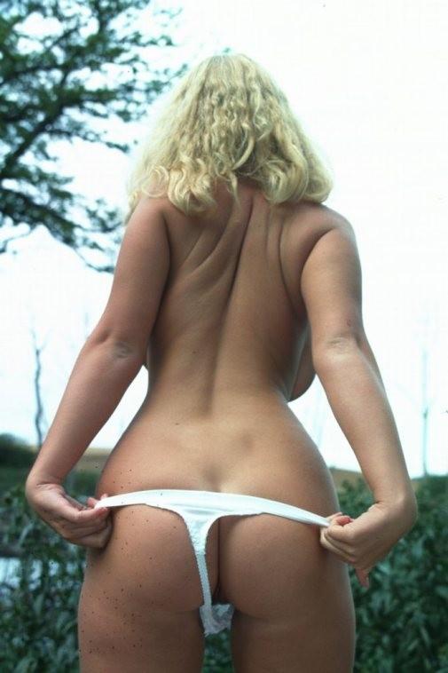 Возрастная блондиночка с хорошим туловищем разделась в саду