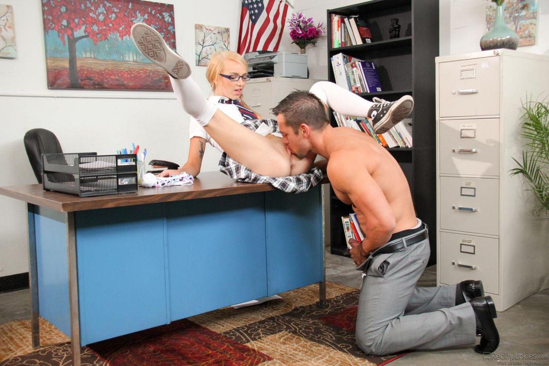 Роскошная блондинка в униформе колледжа Carmen Callaway дает твердому члену выебать свой рот и пилотку
