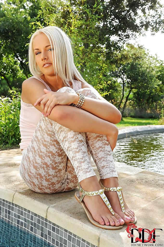 Блондинка красуется у фонтана голой