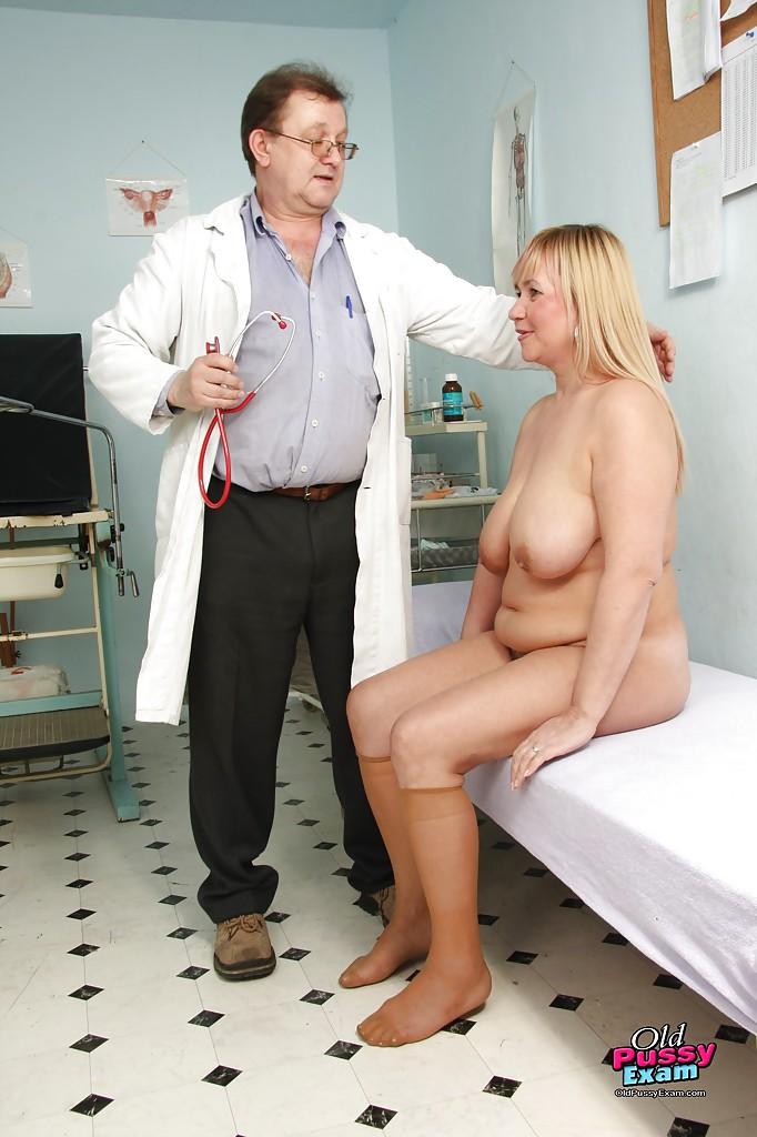 Опытная светлая порноактриса выставила напоказ доктору бывалую вагину
