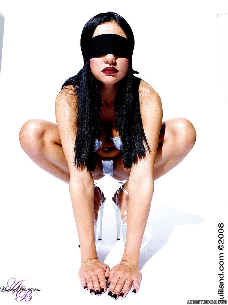 Мадам брюнеточка с завязанными глазами Одри Битони с огромными дойками и сракой прячет свои сосочки и письку