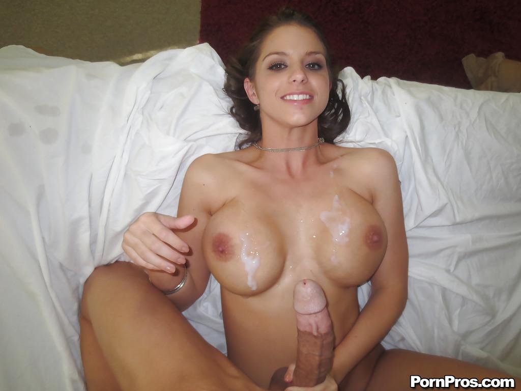 Порет вагину пышногрудой бабы и стягивает на титьки