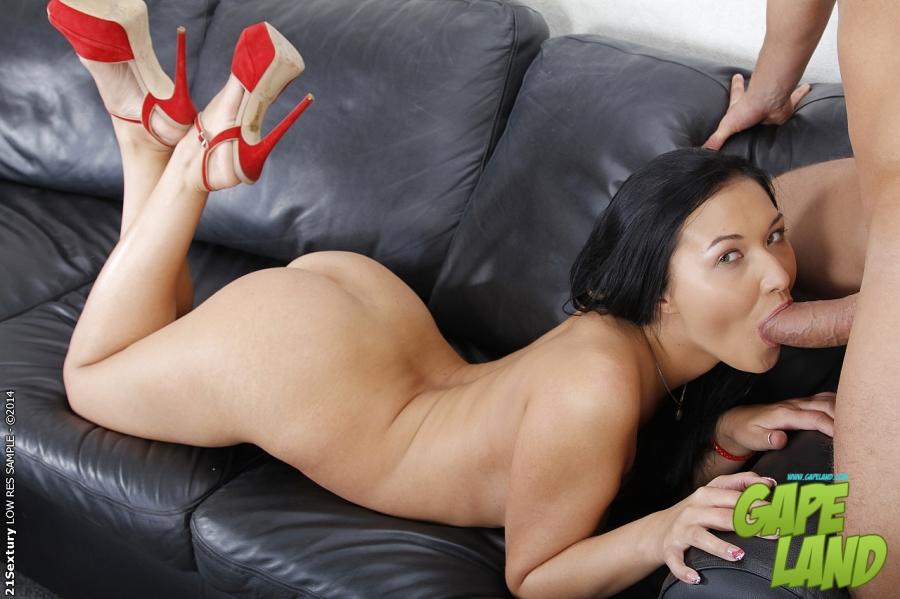 Темноволосая девка раздрочила попу вибратором и занялась сексом в попку