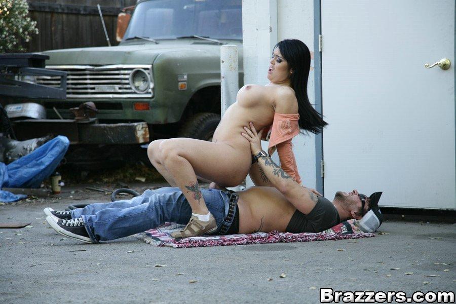 Пышногрудая русая порноактрисса Оливия О'Ловели неистово занимается сексом с механиком в гараже