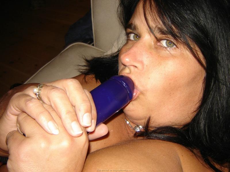 Милфа засветила как она желает развлекаться