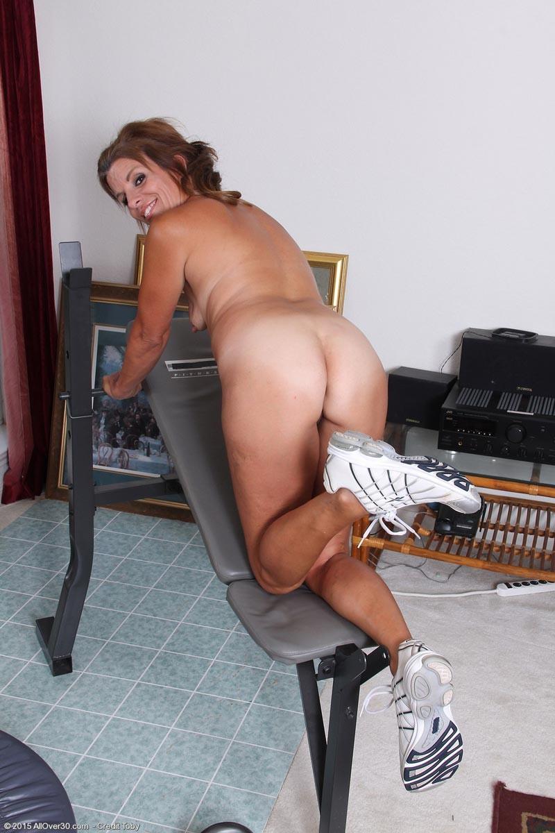 Тётя в зрелом возрасте демонстрирует, как для нее важно сохранять идеальную форму с помощью спорта