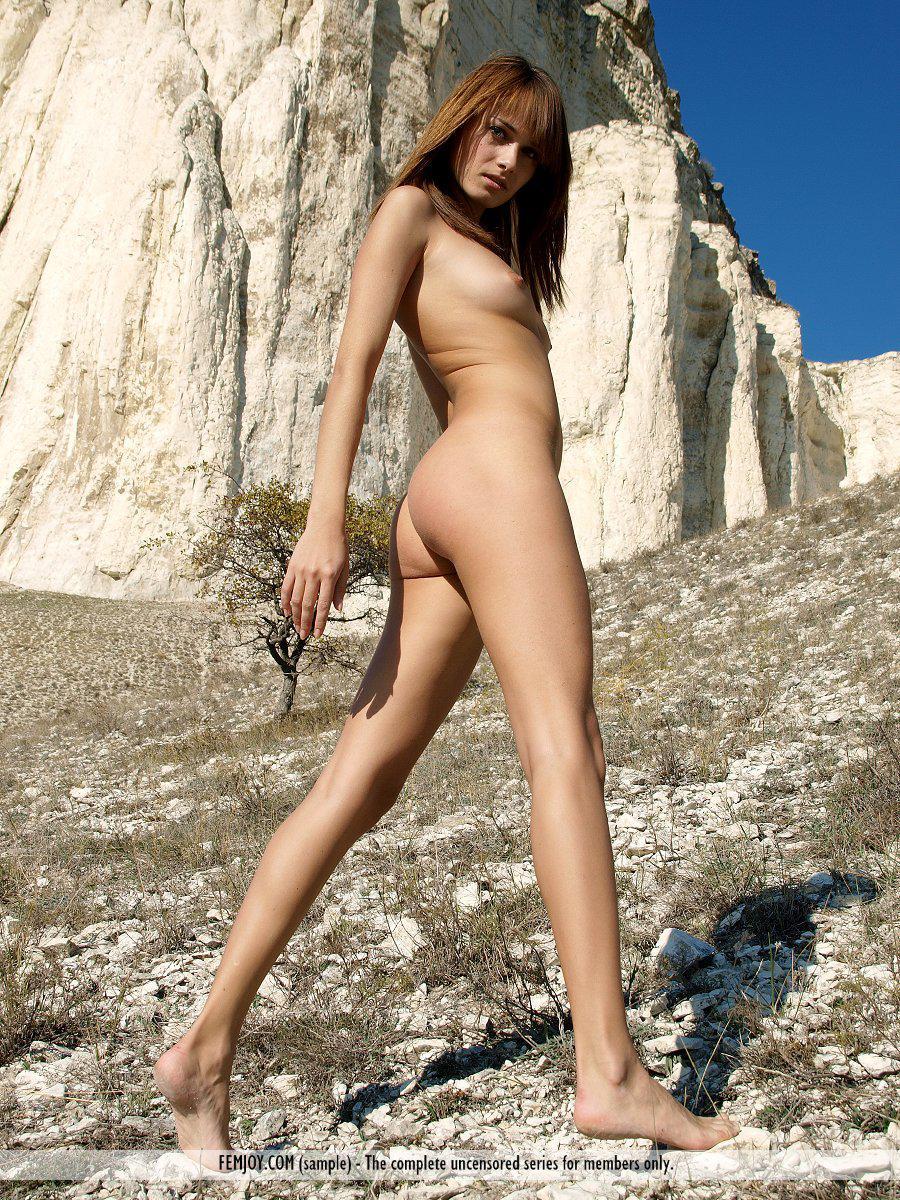 Модель с темными волосами Julia I снимает одежду и снимается голой