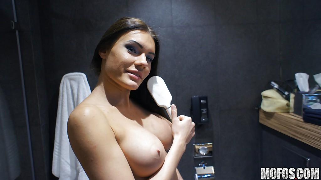 Обнаженная брюнеточка показывает гигантские титьки и классную сраку