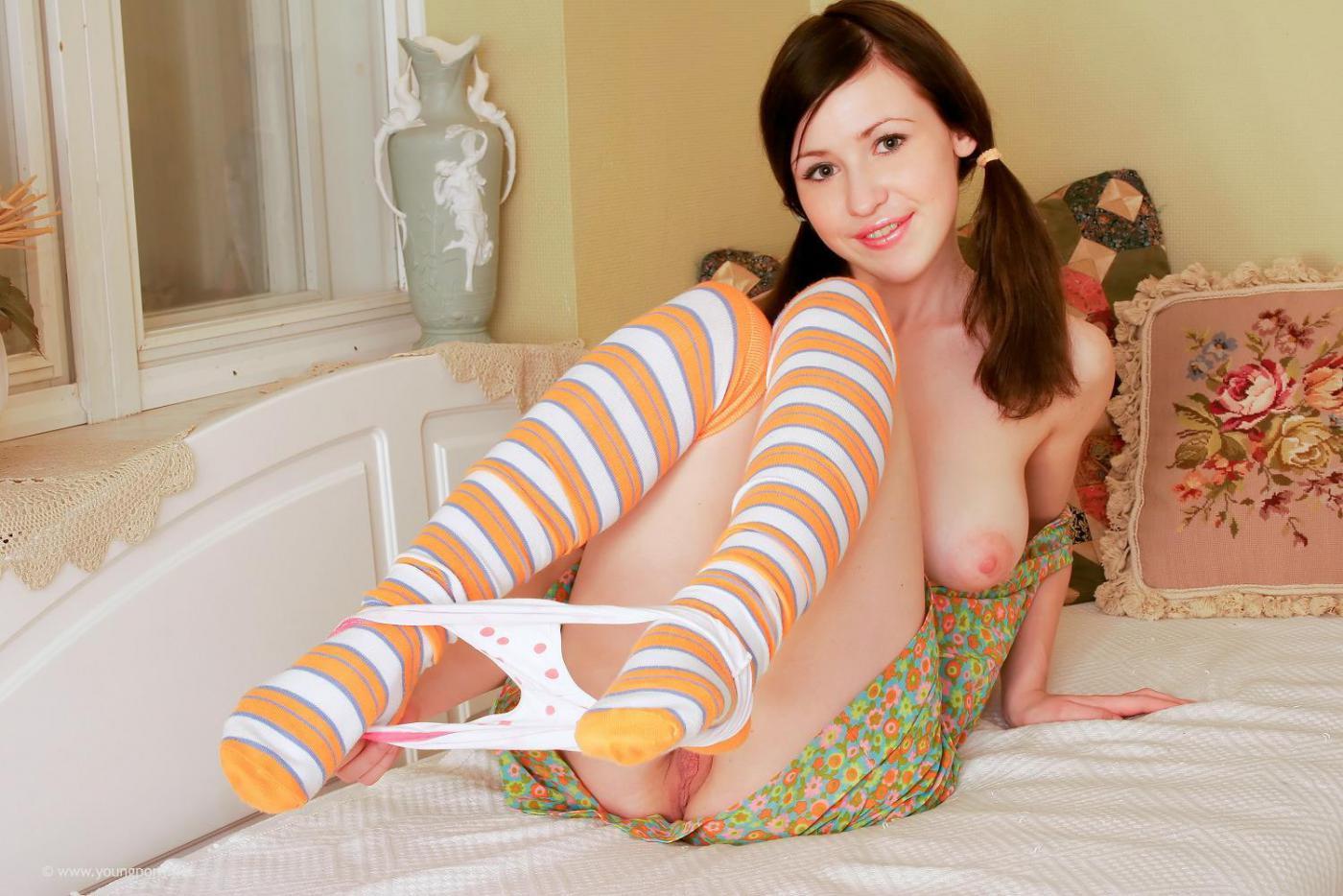 Молоденькая шатенка Devyn Sapphic обнажает выбритую писю и  наполняет ее интим игрушкой
