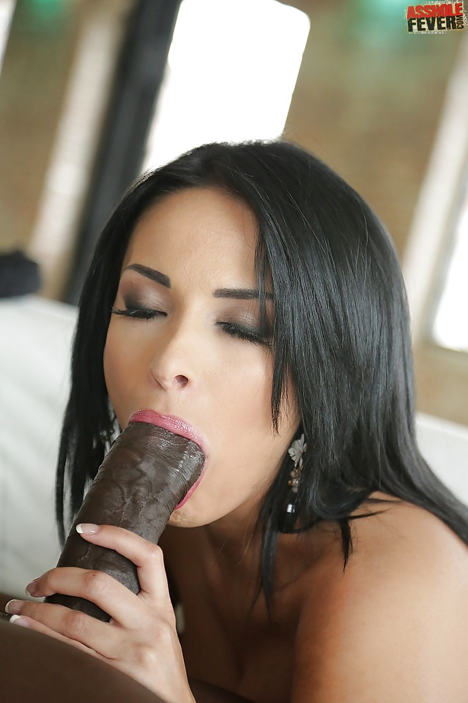 Сексуальная брюнеточка Анисса Кейт шпилится в сраку