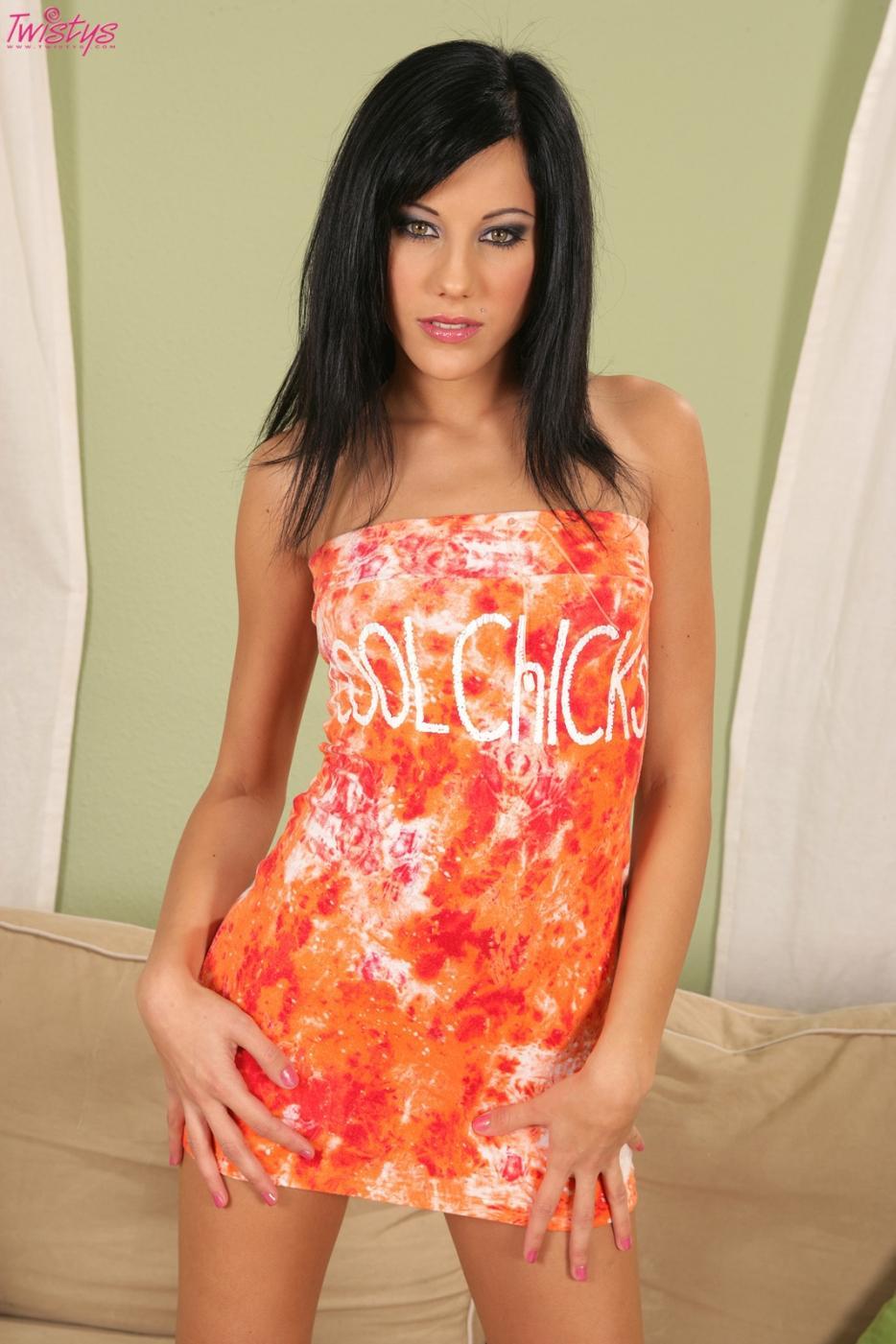 Изящная брюнетка с стриженной вульвой Anita Pearl снимает свое короткое оранжевое платье