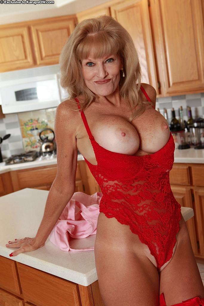 Грудастая возрастная мадам Cam Raye в белье красного цвета