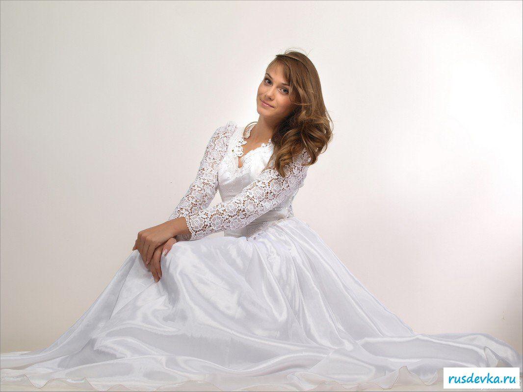 Девка брюнетка в свадебном платье