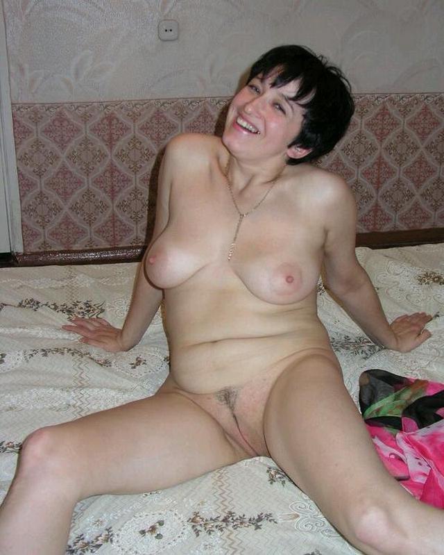 Сорокалетняя Ирина снимает свой халатик xxx фото