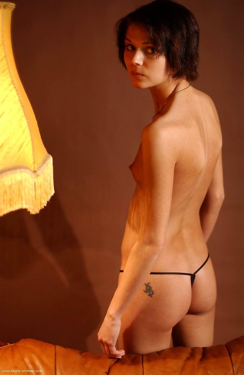 Голая топ-модель из Норвегии с плоской грудью