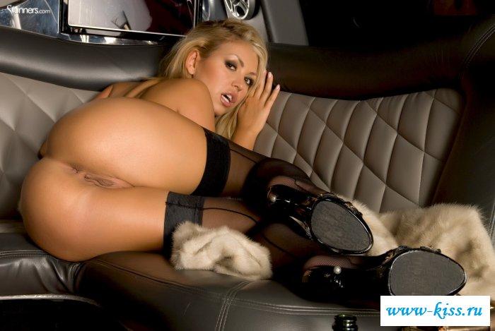Хорошенькая блондинка обнажилась в лимузине с шампанским