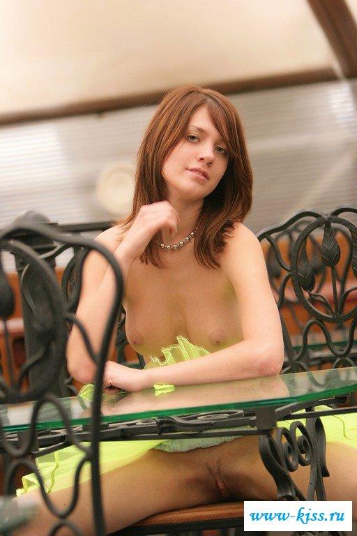 Восхитительная девушка с голой грудью