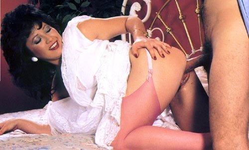 Матерая брюнетка дает себя подолбить во все дырки, лишь бы удовлетворить своего мужчину всеми способами