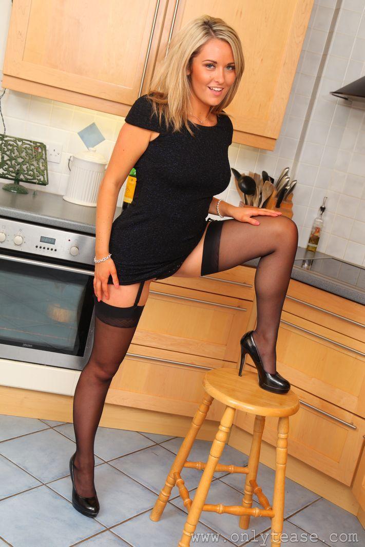 Блондинка развлекается в домашних условиях