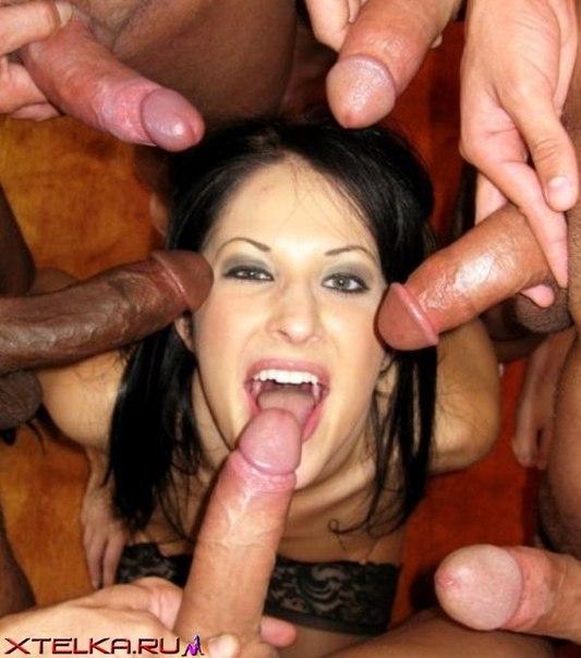 20-летние милашки любят сосать сразу по несколько пенисов