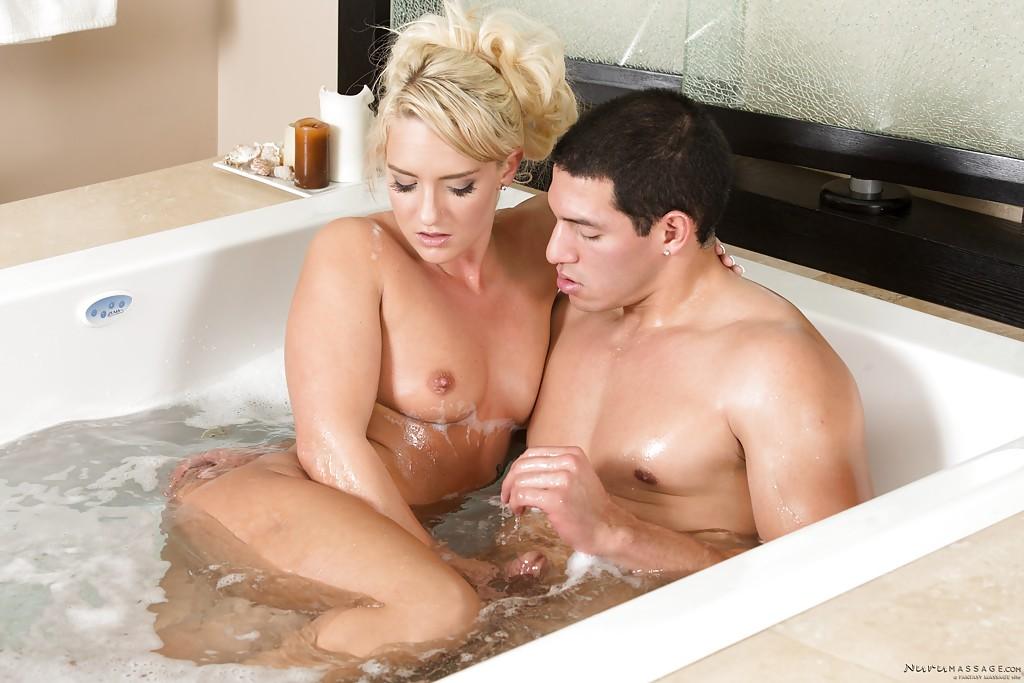 Татуированная модель со свелыми волосами ебётся и заглатывает партнёру в ванне