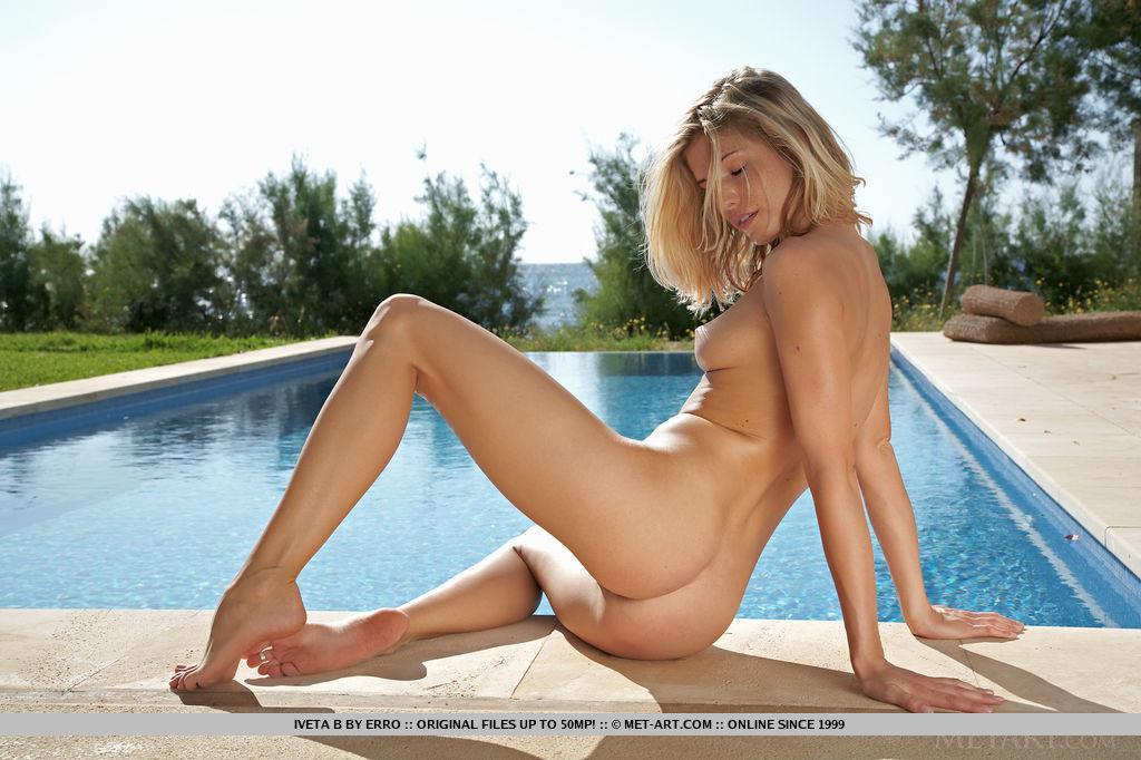 Возбуждающая и классная блондиночка у бассейна