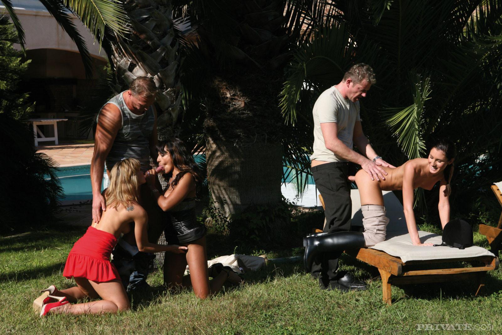 В групповом сексе принимают участие несколько парочек - все они готовы на жаркие эксперименты