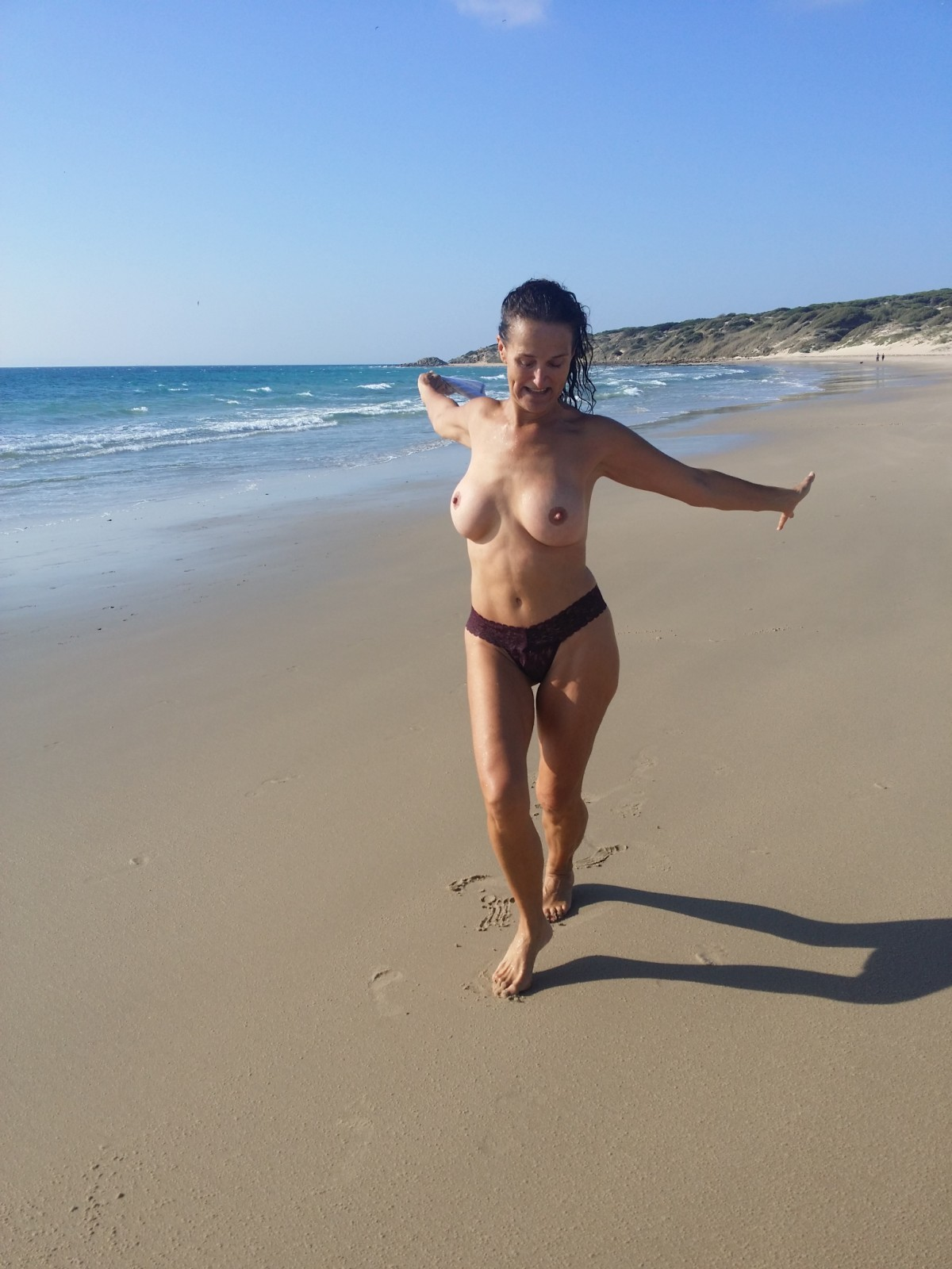 Австралийская мамаша на берегу моря и во время беременности