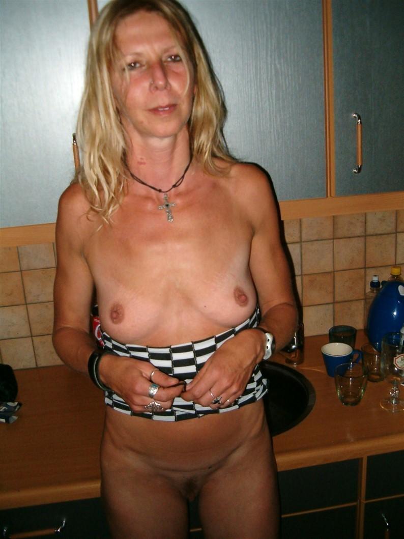 Возрастная леди мастурбирует и заглатывает у троих