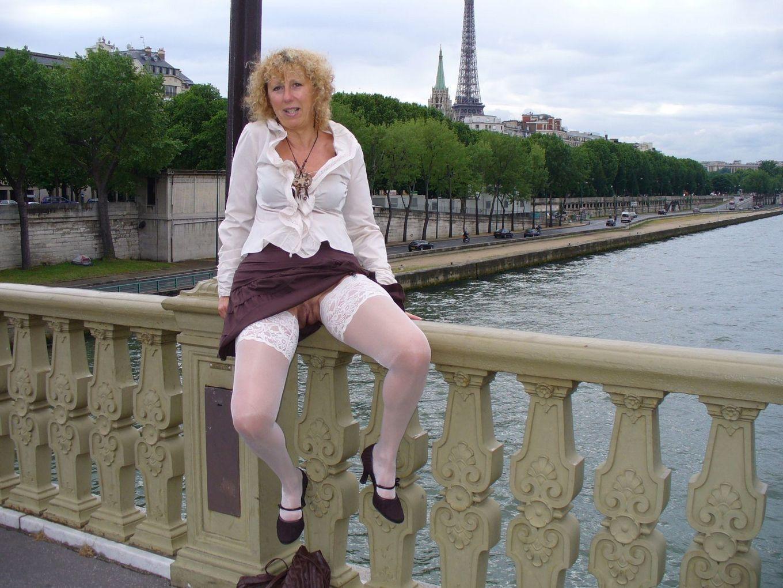 Возрастная дама бродит по городу и обнажает себя в самых различных ракурсах – ей нравится обращать на себя внимание