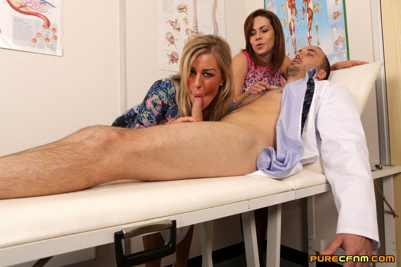 2е девки пососали врачу