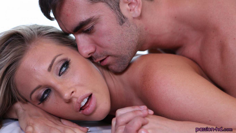 Титькастая Samantha Saint отсасывает юношу и он кончает ей на дойки